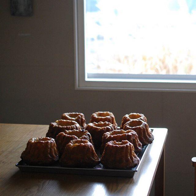 クグロフ放冷中。クリスマスは厨房がてんやわんやなので、焼きあがったケーキたちはとりあえずカフェテーブルにやってくる。