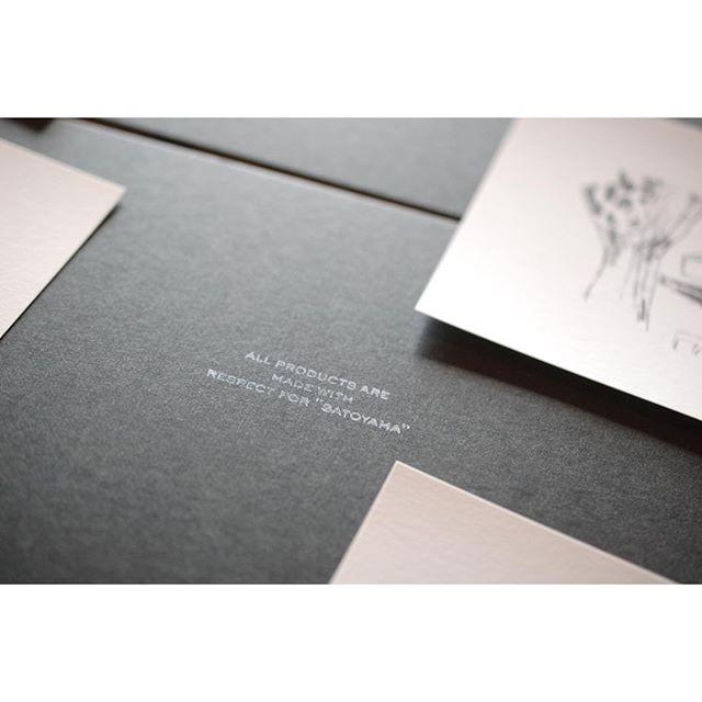 """ALL PRODUCTS ARE MADE WITH RESPECT FOR """"SATOYAMA""""冬のギフトには富田恵子さんの銅版画がプリントされたメッセージカードが入っていますが、それを取ると判子で押したこのメッセージ。私たちの思いを込めました。"""