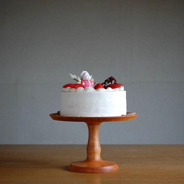 メリークリスマス!おかげさまでたくさんの方にケーキを選んでいただいて、ありがとうございました。写真は試作で作ったチェリーの高坏とクリスマスケーキと覗いているサンタさん。