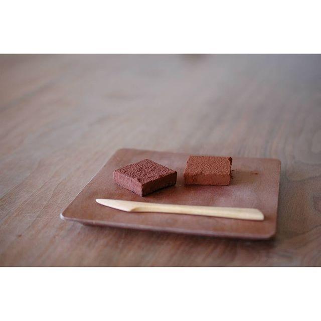 フランス産の厳選したクーベルチュールを数種類、独自にブレンドしたpatisserie MiAの生チョコ。 本日より店頭販売いたします。 とろける口溶けをお楽しみください。