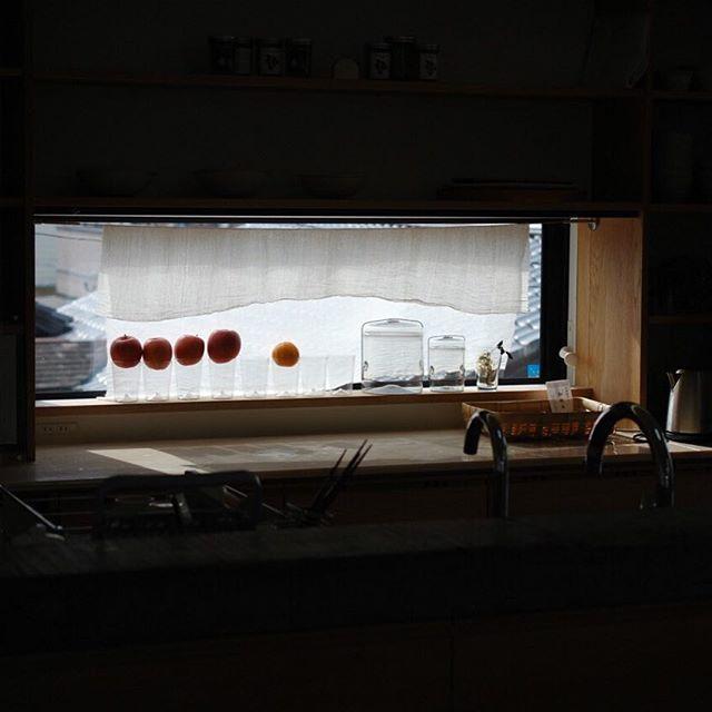 家×クラフトも今年で4年目。6月にギャラリーマンマミーア(滋賀)、7月にスパイラルマーケット(東京)での展示会を予定しています。 昨日は出展者ミーティングを出展者のお一人、水彩画家でテキスタイルデザイナーの伊藤尚美さんのアトリエで開催しました。 今年は「台所」をテーマに展開していこうということで、昨年末に新築されたご自宅のキッチンも見せていただいたり、(皆で感嘆のため息をつきました…)、伊藤さんとコラボで照明を作る相談をしたり。 アトリエでは素材のこと、感性とは、理想のキッチンって。場所をマンマミーアに移してからも夕食を食べながら、真剣で楽しい議論は続き、とても有意義な時間になりました。 今回の家×クラフト展もとても面白い展開になりそうです。どうぞお楽しみに!