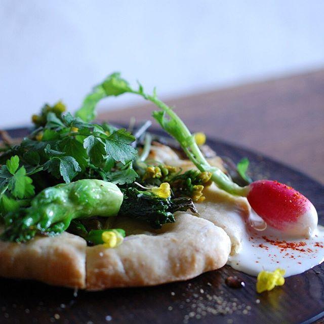 This month's lunch. Open sandwich of spring vegetables. 今月のナチュールランチ。春野菜のタルティーヌ。 フランス語のタルティーヌは、英語で言うところのオープンサンドだそうですね。へえ〜、知らなかった。