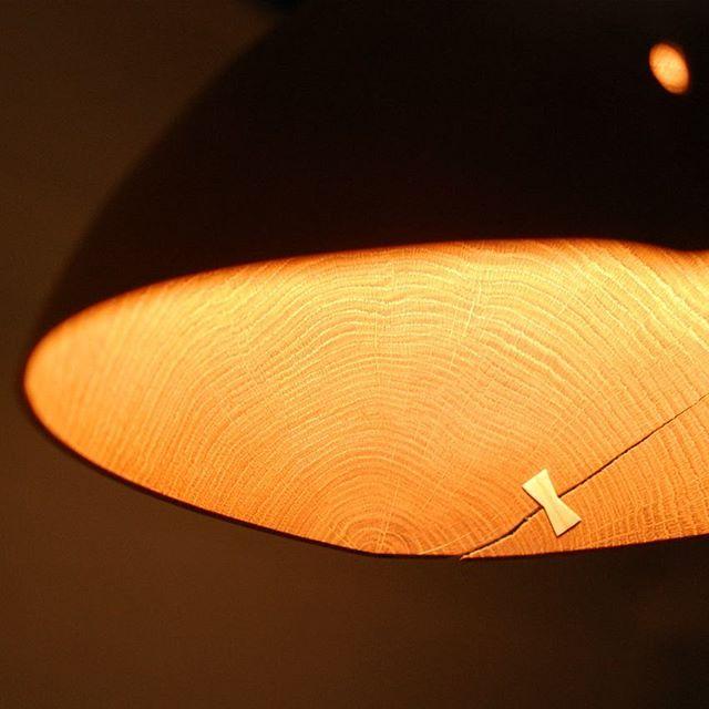 静岡県で制作されている、中矢嘉貴さんのランプシェード。生木を使用されているので、ゆがみやねじれが一つ一つ違い、角度によっても表情が変わります。 木の温もりが伝わる温かな照明をぜひ店頭でご確認ください。ご来店お待ちしています。