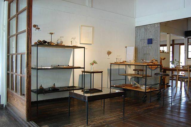 6/8(水)より、第4回目となる『家×クラフト展』がはじまっています! 枯白さん×清岡幸道さんのコラボ作品のテーブルなど、今展に合わせて制作くださった作品もたくさんの魅力的な展示となっています。 本日も皆さまのご来店を心よりお待ちしています。