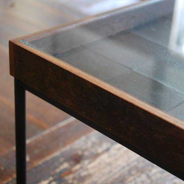 今展の為に制作くださった、枯白さん×清岡幸道さんのコラボ作品。鉄とナラ古材に陶器のタイルが敷き詰められた、雰囲気のあるタイルのローテーブル。 明日最終日には清岡幸道さんが午後より立ち寄りくださるとのことです。ガラスの波多野裕子さんと金属の稲垣大さんもお越しくださる予定です。作家さんを知り、作品に触れると感じ方もまた違ってくるのではないでしょうか。お時間をみつけて、ぜひ会いにいらしてください。お待ちしています。