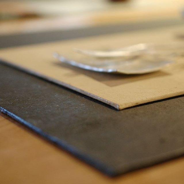 稲垣大さんの美しい鎚目模様が映える、ハタノワタルさんの和紙の敷板。アルミ板に和紙を貼り込み、着色したのち耐水加工をしているので、お皿としてもお使いいただけます。 和紙の持つ柔らかな質感を店頭でぜひご体感ください。
