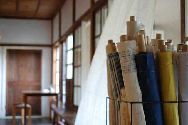 『家×クラフト展』初日よりたくさんのお客様が来てくださっています。ありがとうございます! 明日12日(日)は伊藤尚美さんも立ち寄ってくださる予定です。naniIROの布は測り売り(30cm以上~)もさせていただいています。オリジナルカーテンのオーダー等も承ります。お気に入りの布でオーダーメイドの一品を制作されてみてはいかがでしょうか。ご来店お待ちしています。