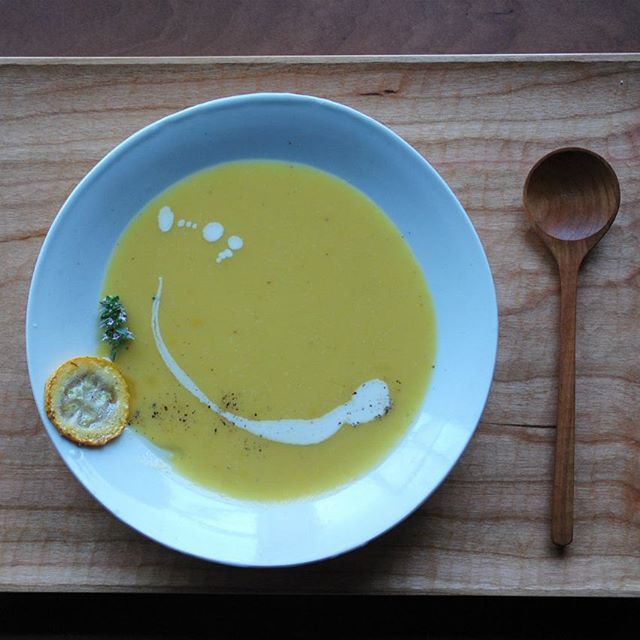 2016年6月のNATURE LUNCHの一品。ズッキーニとじゃがいものブルーテ。「りんご+ヴァニラ」のコンフィチュールの優しい香りをプラスしました。 目でも楽しめる美しいお料理を壷田和宏さんのスープ皿×川端健夫のランチプレートでどうぞお楽しみください。
