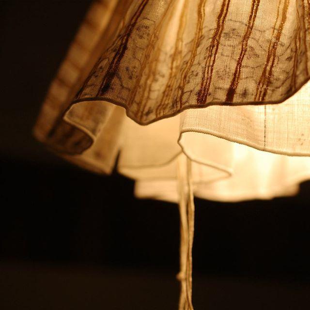 先週7/15よりはじまった、スパイラルさんでの「家×クラフト展」でも展示中のATELIER to nani IRO(伊藤尚美さん)×川端健夫のコラボ照明。布のランプシェードカバーのゆらぐ影は暑さも少し和らげてくれるのではないでしょうか。 来週7/28までの開催です。お時間をみつけてぜひお出かけください。