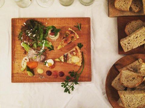 コホロさんでの展示会初日にカフェリゼッタのみなさんにもお手伝い頂いてパティスリーミアがご用意した'apero plate'。 コンフィチュール割のワインと共に召し上がっていただきました。 残念ながら僕は食べ損ねましたが…。