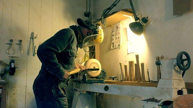 僕の師匠は家具専門だったので、木工旋盤は海外のDVDを取り寄せて、見よう見真似の独学。 試行錯誤するうちに身に付けたやり方は、後にちゃんと修行された方から聞く方法と全然違うので、未だにこれで良いんだろうかと思いながら削っている。 wood turning