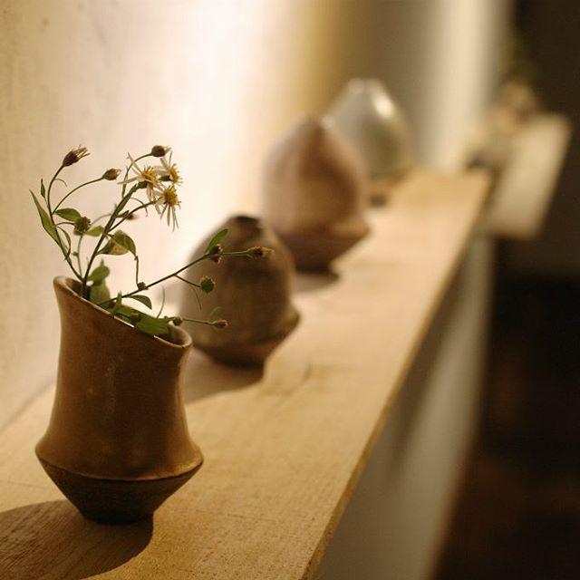 廣川温展「Making in the Rhythm」昨日追加納品くださった独創的な花器。 光の角度によって、釉薬に入った気泡がキラキラと見えたり...野花もよく似合う、とても美しい作品です。 本日いよいよ最終日! 廣川さんとともに皆さまのご来店を心よりお待ちしています。