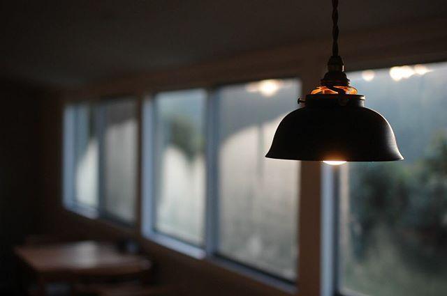 ペンダントライト(末広型)。 先日終了しましたコホロさんでの展示会ではたくさんの方に足を運んでいただきありがとうございました。カフェを借り切ってのイベントなど、新しい挑戦の機会をいただいたコホロさん、カフェリゼッタさんにも感謝です! 続けて来週始まるグループ展ですが、クラスカたまプラーザ店で「秋を灯す ランプと古道具」展(10/20-11/14)にコホロさんには出せなかった照明を出展する予定です。どうぞよろしくお願いいたします。 Walnut pendant light.