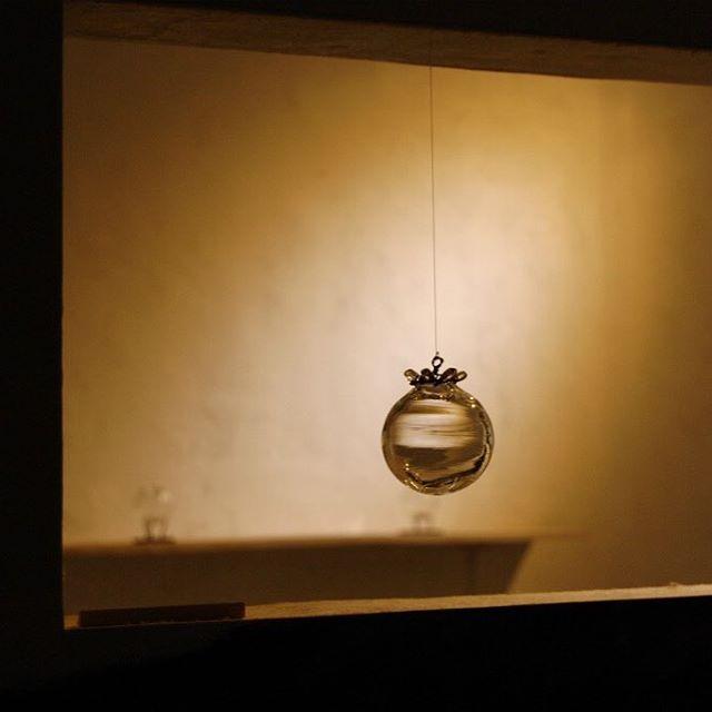 今週よりgallery-mamma mia にて鳥山高史さんのガラス展「To,it」が開催されています。 ご本人によるインスタレーションもあり、私もガラスという事もあって、物と光の配置をいつも以上に意識して展示しました。ご覧いただけたら嬉しいです。(明日土曜日は鳥山さん在廊日です) 「To,it」 11/9〜11/20 gallery-mamma mia