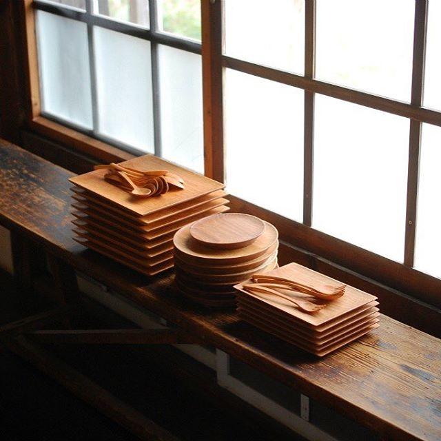 このところ、クルミの巾広材が手に入りにくい。クルミは水辺を好み、成長も早い分、大径木にはなりにくい。ひどい割れやシミで、ほとんど使えず薪ストーブ入りになることもある。そんな時、土はいいなあ、なんて独り言いってみたり。 松山のfleur さんに納品です。 It is delivery of goods for fleur at Matsuyama.