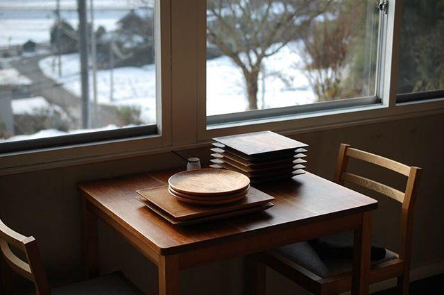 雪の甲賀。こんなに降ったのは越してきてから初めてかも。 丘の上から雪景色が見渡せるこの窓際の人気席から見渡せる白の里山も美しいです。 (道の雪は溶けています。お越しになる方はどうぞお気をつけてください。) @necozalenky_life さんのネットショップAURORAさんに納品します。 The snowy village is beautiful, too.