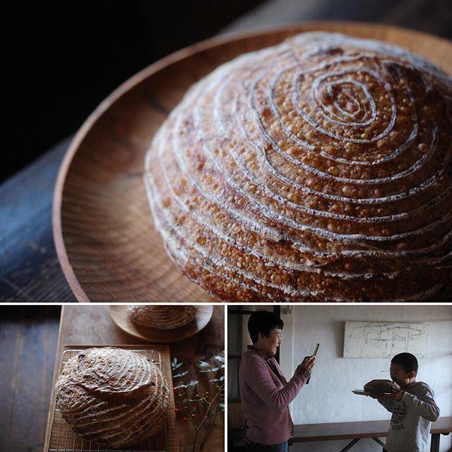 明けましておめでとうございます。 川端家はミアが年末に初めて仕込んだ天然酵母で初焼き元日パン! 今年もどうぞよろしくお願いします。 New Year's Day bread! A Happy New Year.