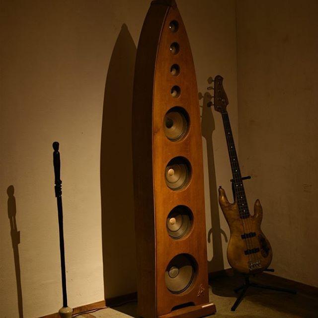 松本寛司展「コツコツコツ」 奥のギャラリーは、松本寛司さんの世界観を感じることのできる展示となっております。 大きなスピーカーから流れる心地よい音楽、2008年マンマミーアでの企画展「一本の楓の木から」の際に制作くださった、楓のウッドベース。流木のオブジェなど...ご来店の際はぜひ!ギャラリー奥のスペースまでゆっくりとご覧くださいませ。 本日も素敵な作品とともに、皆さまのご来店を心よりお待ちしています。