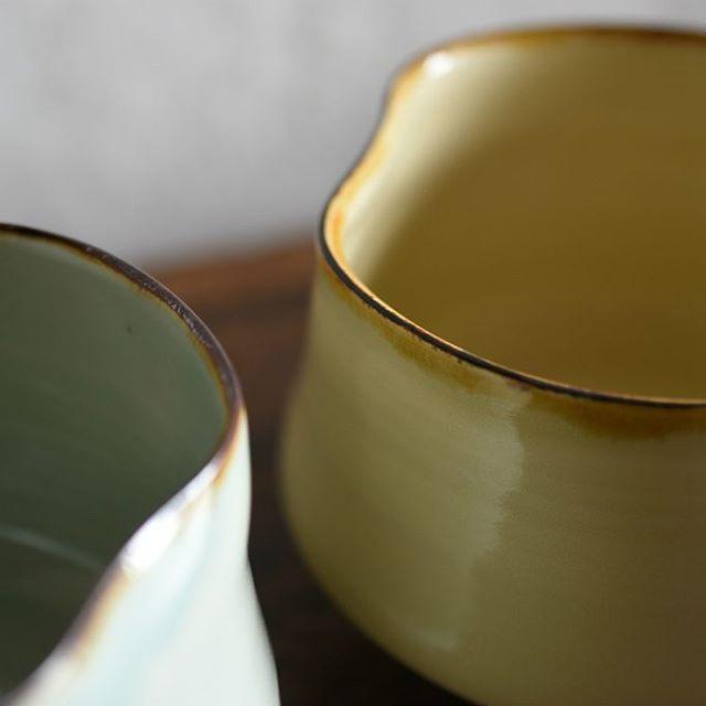 照井壮展「夏の雨」 珍しい磁器の抹茶碗は江戸時代に作られていたものを模したもの。 プリン釉の優しい色も青白磁の爽やかな色も鮮やかな濃い緑を引き立ててくれそうです。 どちらも今展のために制作くださった1点ものです。 ぜひ!店頭で手に取ってご覧ください。お待ちしています。