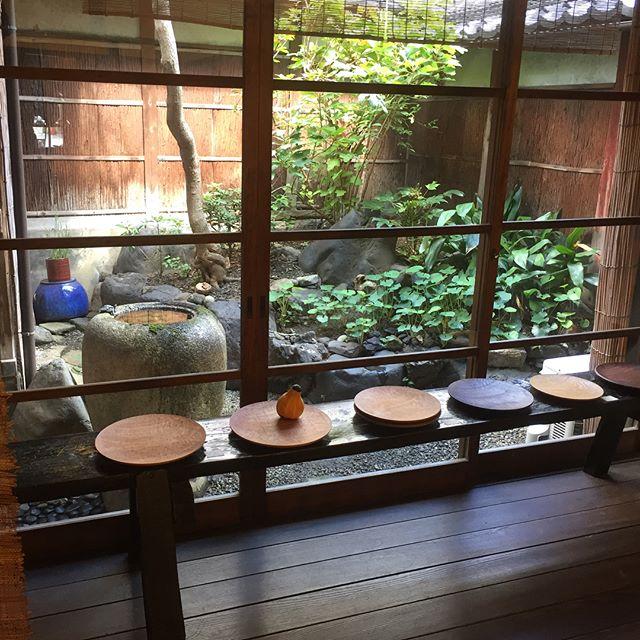本日より京都での個展が始まります。 木工を始めて十五年。タイトルの通り「つくり続けること」で、手元に残った形、質感、そして言葉に出来ない「何か」。それらが伝わったら嬉しいです。 パティスリーミアのお菓子も並びました。(ミアも昨日ヤット帰ってきました) タケオが初日の今日と土曜日に在廊します。 「つくり続けること」 川端健夫展 2017.9.14(thu.) - 9/24(sun.) 在廊日9/14,16 風土 京都市北区紫野西御所田町34-2 Tel 075-468-8335