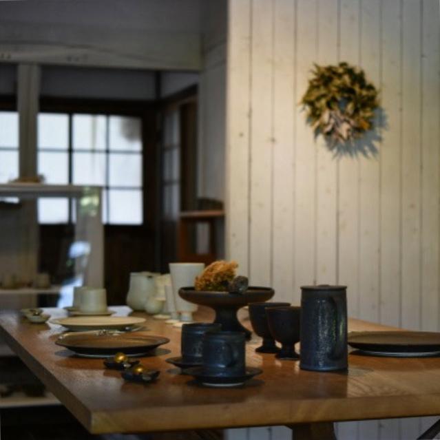 今週より、gallery-mamma miaでは竹口要陶展+はなのえん「うつろいのあしあと」が始まりました。 竹口さんの丁寧でどこかノスタルジックな陶器とはなのえん野田幸江さんのドライフラワーがお互いを引き立てあって、秋を感じさせる見応えある展示になっています。お越し下さって方はぜひ奥のギャラリーもご覧になって下さい。(9/17まで)
