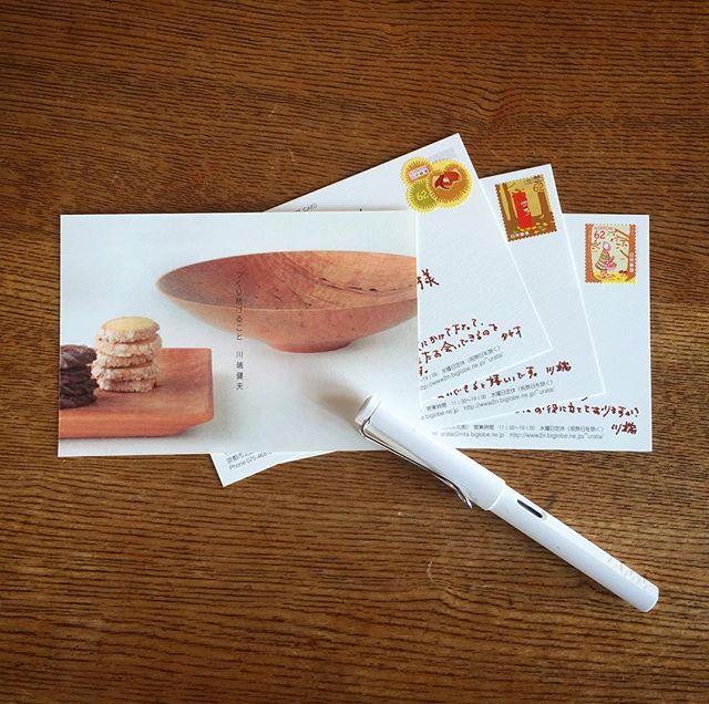 京都の風土さんでの個展の案内状を書いています。普段は青の万年筆が多いのですが、このところの朝晩の冷え込みと切手の秋の雰囲気に合わせて(いつから62円!)、茶色。メールやSNS全盛のご時世、こうやって万年筆でお手紙書かせて頂ける方がいらっしゃる事に感謝です。 「つくり続けること」 川端健夫展 2017.9.14(thu.) - 9/24(sun.) 在廊日9/14,16 風土 京都市北区紫野西御所田町34-2 Tel 075-468-8335