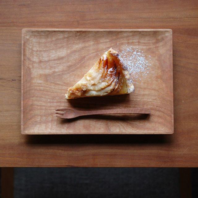 patisserieMiAの冬の定番『りんごのタルト』が今日も焼きあがりました。 フランスの塩フルール・ド・セルとヴァルサミコ酢をアクセントに。太陽の光がたっぷりと入る見晴らしの良いお席で旬の美味しさをぜひお楽しみくださいませ。皆さまのご来店を心よりお待ちしています。