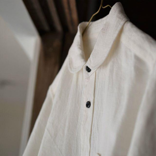 COMMUNE×safuji×Coupé「WORKING」 2018.3.17-4.1 11:00-17:00 定休日:月・火曜日 糸や生地の生産者、シャツの作り手、作ったものを手に取ってくれるお客さま。製品に関わるすべての人が、対等で親しく交われるような関係を作りたい。そんな思いのもと、現代の工場生産では行われない、丸縫いや手付けボタンを施したシャツやコート、ワンピースを作っています。人と生活に馴染み、いつまでも長く着ていただける、丁寧なものづくりを体感してください。 COMMUNE 久米勝智 CM撮影用にお預かりしている作品を本日より~先行展示させていただいております。COMMUNEさんの丁寧に作られた春色のシャツをぜひ!店頭で手に取ってご覧ください。ご来店をお待ちしています。