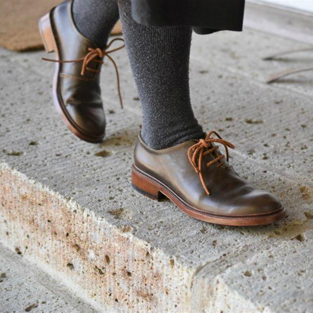 COMMUNE×safuji×coupé「WORKING」 2018.3.17-4.1 11:00-17:00 定休日:月・火曜日 東京都小金井市で革靴を制作されているcoupéさん。 いつも展示会の最終日に自分へのご褒美を購入することが密かな楽しみなのですが、DM撮影の際にcoupéさんの革靴を履かせていただいた…その瞬間に心を奪われました。そして、初日の営業が終わるころにはオーダーさせてもらおうと心に決めました。一足一足丁寧に作られているので、納期は1年程かかるようですが、待つのも楽しみのひとつです。『良い靴を履くと、その靴が良い場所へ連れて行ってくれる。』ということわざもありますが、10年後も履きたい靴というのは、なかなか他にはありません。来週末(3/31-4/1)は、中丸さんも再度在廊くださります。先週、解体された靴を再び組み上げるデモンストレーションも予定しています。素晴らしい手仕事をぜひ!マンマミーアでご体感ください。 本日も皆さまのご来店を心よりお待ちしています。