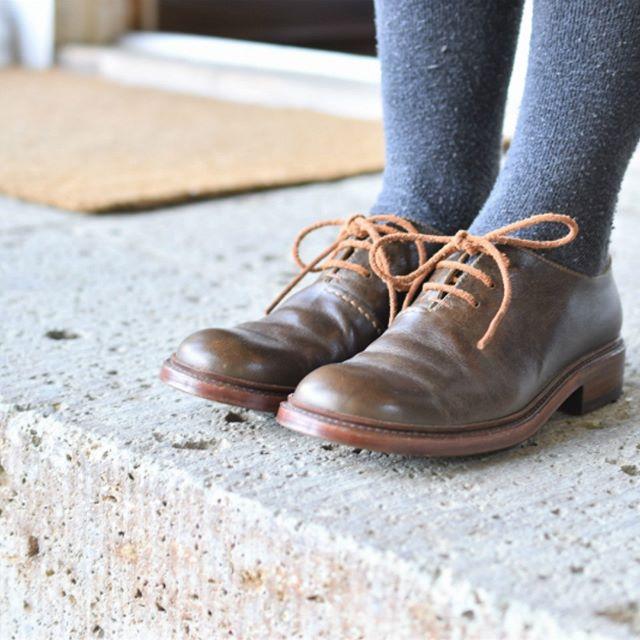 COMMUNE×safuji×Coupé「WORKING」 2018.3.17-4.1 11:00-17:00 定休日:月・火曜日 東京都小金井に工房を構えるセミオーダーの靴屋です。色・デザイン・製法をお選びいただき、一足一足ご注文頂いてからお作りします。人と靴がともに過ごした時間によって、変化していく風合いを楽しみながら、来週も、来年も、10年後も履きたい靴であるように。 Coupé 中丸貴幸 Coupéさんが作られた靴を撮影の時に履かせていただいたのですが、つま先の優しい丸みとしっかりとした作りを実感しました。 会期中には制作工程を見ることのできる《デモンストレーション》も予定しております。 【靴の解散と集合】 ①3/17にCoupéさんが作った靴の紐を解いて、全てのパーツをばらします。 ②会期中はばらした靴のパーツをご覧いただけます。 ③3/31と4/1にばらしたパーツを再び組み上げます。 思いのこもったモノづくりをぜひ!マンマミーアでご体感ください。ご来店お待ちしています。