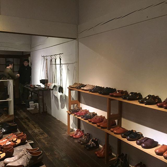 gallery-mamma miaの展示会、WORKING 展が今日から始まりました。シャツのCOMMUNE さん、革のsafujiさん、靴のcoupeさん。みなさん今日、明日と在廊していただいております。 そしてこれから「靴の解散」。コッペさんが自身で作った靴を各パーツにバラしてくださいます。(ちなみに会期の最後に再び組み上げます)どうぞお楽しみに!