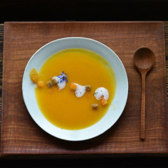 patisserieMiAのCONFITURE LUNCH 2018年6月はバターナッツのスープ。初夏の人参と自家製クルトンを添えました。「甘夏+レモンタイム」のコンフィチュールを加え、味わいの変化もお楽しみください。 キャンセルがありましたので、本日もあと5名様お受けさせていただけます。お電話(0748-86-1552)にてお早めのご予約をお待ちしています。