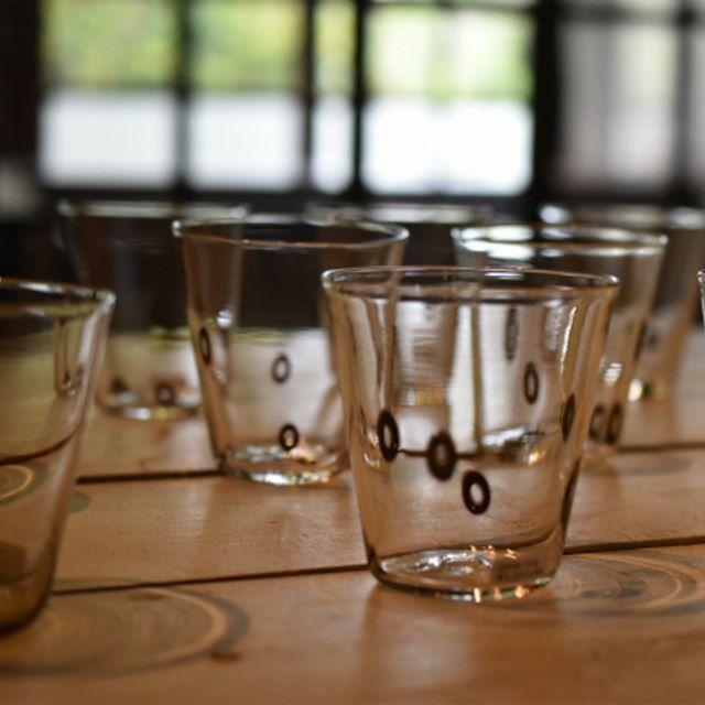 qualia-glassworks展『納涼の一品』 リング模様の入ったグラスも今展人気の一品です。薄さゆえに割ってしまわないかなと不安に思われる方もいるかもしれませんが…私もqualiaさんのグラスを3年間ほぼ毎日使用しておりますが、洗う時も安心感のある使いやすいグラスです。ぜひ!店頭で手に取ってご覧くださいませ。 本日も皆さまのご来店をスタッフ一同、心よりお待ちしています。