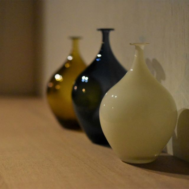 qualia-glassworks展『納涼の一品』 前回3年前の個展の際はご覧いただけませんでしたが、今回はこちら【decorative vase】もご用意くださりました。どれも1点ものです。ドライフラワーを飾るのも素敵な花器。こちらは、ギャラリーの1番奥のスペースに展示させていただいています。ご来店の際は奥のスペースまでごゆっくりとお楽しみいただけますと嬉しいです。 本日も皆さまのご来店を心よりお待ちしています。