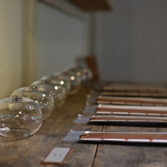 qualia-glassworks展『納涼の一品』 暑い夏に、涼しさや過ごしやすさを工夫して、夏を味わうこと。 そうして過ごした夏の日々が、過ぎてしまえば豊かな思い出となって、秋がやってきます。 皆様の、夏を味わう納涼の一品を、お選びいただけたら幸いです。 qualia-qlassworks 林亜希子 まだまだ残暑厳しい日が続いておりますが…音からも見た目からも涼しさを感じさせてくれるqualiaさんの風鈴はいかがでしょうか。マンマミーアの玄関にも飾らせていただいておりますので、ご来店の際は涼やかな音に耳を傾けていただけますと嬉しいです。 本日も皆さまのご来店を心よりお待ちしています。