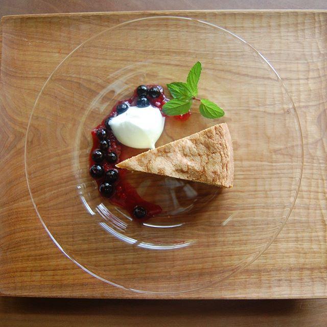 patisserie MiAのCONFITURE LUNCH 今月のデザートはカルダモンケーキ。宮ベリーさんのブルーベリーのポワレと生クリームを添え、フランボワーズ+ラベンダーのコンフィチュールとともにお楽しみいただきます。 宮ベリーさんの営業も来週末(9/2)までとなるそうです。完熟のブルーベリー摘み体験はもちろん、地元の新鮮野菜の販売やお子様が楽しめるスペースもご用意されておりますので、夏休み最後の思い出作りにお出かけされてみてはいかがでしょうか。 本日も皆さまのご来店を心よりお待ちしています。
