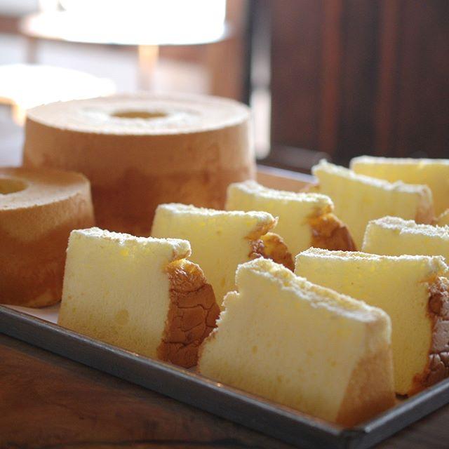 patisserie MiAのミルクシフォンケーキを明日より開催されます【工房からの風】トキニワカフェに出品させていただきます。庭人さん達が摘まれたフレッシュハーブティーとともにケーキセットとしてもお楽しみいただけます。両日ともに数量限定となっておりますので、どうぞお早めに! 【会期】2018.10.13-14 10:00-16:30 【会場】ニッケコルトンプラザ屋外会場 千葉県市川市鬼高1-1-1 TEL:047-378-3551 ※同じく明日スタートのAURORAさんの企画展「おいしい珈琲のある暮らし」でも、シフォンケーキを数量限定でご用意させていただいております。おいしい珈琲とともにAURORAさんで素敵な時間をお過ごしくださいませ。 ふわふわしっとりのシフォンケーキ!たくさんの方に喜んでいただけますように。